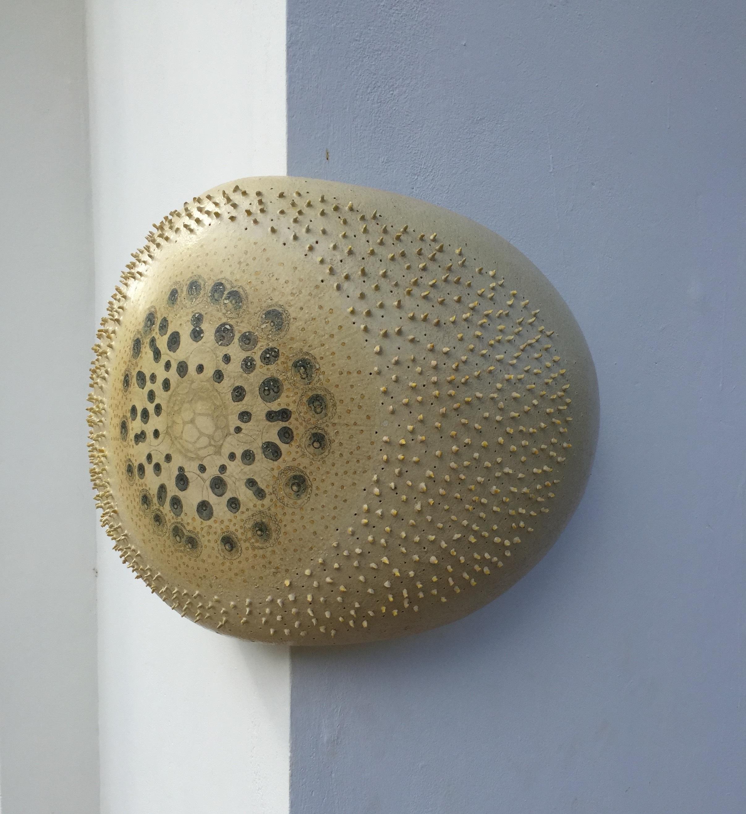 Ellen Spijkstra (Netherlands/Curaçao, Países Bajos/Curaçao, b.1957) Sea Urchin/Erizo de mar, 2015 Glazed stoneware with ceramic decal/Gres esmaltado con calcomanía de cerámica, 15 x 18x 17 in. Courtesy of the artist/Cortesía del artista